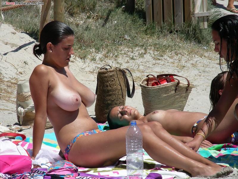 фото девушек с огромными грудями на пляже